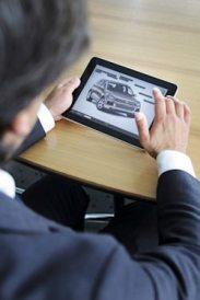 Volkswagen entwickelt als erster Autohersteller ein digitales Kundenmagazin als App speziell fuer das i-Pad:/Luca de Meo, Marketingleiter der Marke Volkswagen PKW stellt das neue Produkt vor.